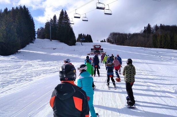 Když lanovky stojí, lyžaře tahá na kopec rolba (obrázek ze slovenského skiareálu Mýto pod Ďumbierom)