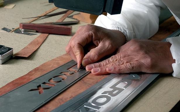 Véritable travail d'orfèvrerie chez Lacroix pour la production de skis de prestige - ©Lacroix