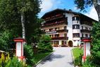Hotel von aussen im Sommer