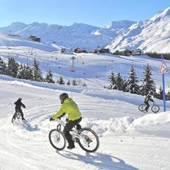 Vzrušení a adrenalin vám zaručeně dodá jízda na kole po zasněžených svazích Les Menuires - © C. Cousin / OT des Menuires