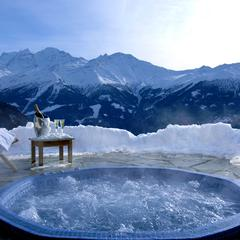 Luxury hot tubs with mountain views - ©Septieme Ciel