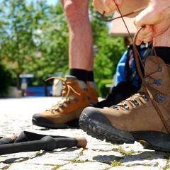 Wanderschuhe werden geschnürt - ©HANWAG / Till Gottbrath