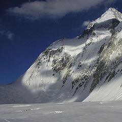 Der Gasherbrum I - links der Eisfall mit Aufstieg zum Gasherbrum Sattel bzw. Lager II - ©www.amical.de