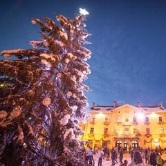 Obrovský vianočný strom vo francúzskom Megeve - © Simon Garnier