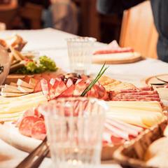 Obložené mísy, produkty z místních zdrojů, domácí výrobky, to vše najdete na stolech mnoha Stubaiských horských chat a restaurací - © TVB StubaiTirol_AndreSchönherr