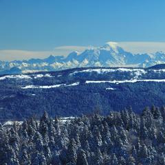 Skier face au Mont Blanc dans les Montagnes du Jura - ©Montagnes du Jura