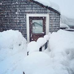 Zasněžený vchod do budovy v Livignu - © facebook   Livigno