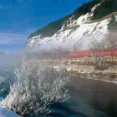 Glacier Express fährt am Fluss Inn entlang - © swiss-image.ch/Robert Boesch